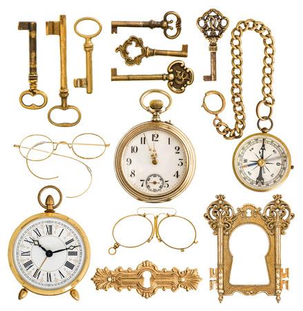 orologi antichi: collezione di accessori dorati antichi chiavi d'epoca, orologio, bussola, occhiali, orologio da tasca, telaio isolato su bianco