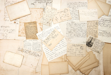 PAPIER A LETTRE: vieilles lettres, écritures et cartes postales anciennes. fond sentimental nostalgique. éphémère Banque d'images