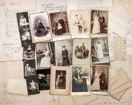 vestidos antiguos: viejas cartas y fotos antiguas de la familia. fotos originales de �poca de ca. 1900 Foto de archivo
