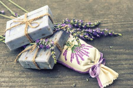 sachets: jab�n de lavanda y bolsitas perfumadas con flores frescas sobre fondo de madera