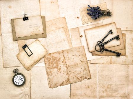 세 종이, 빈티지 액세서리, 키, 회중 시계, 라벤더 꽃. 향수를 불러 일으키는 감상적 배경. 복고풍 톤 그림