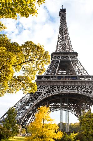 la tour eiffel: Famous Eiffel Tower in autumn  La tour Eiffel, Paris, France Stock Photo