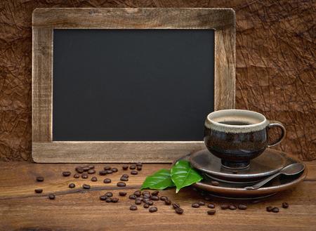 planta de cafe: taza de caf� y el pizarr�n antiguo para su texto hojas de caf� y granos