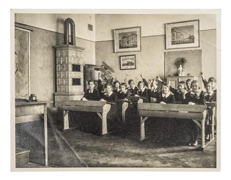 친구들의 복고풍 사진. 교실에서 아이들의 그룹입니다. 원래 필름 그레인, 흐림 및 흠집 골동품 사진