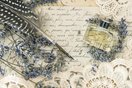 ビンテージ インクのペン、香水、ラベンダー花、昔のラブレター。トーンのレトロなスタイルの画像
