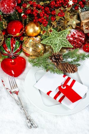 diner aux chandelles: no�l service de table d�coration avec une bougie en forme de coeur rouge lieu. festif fond. d�ner l�ger bougie
