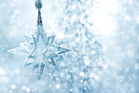 Winter blauwe achtergrond glanzende zilveren ster met knipperende lampjes Stockfoto