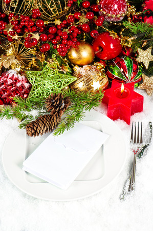 diner aux chandelles: f�te de no�l d'endroit de table cadre d�coration en rouge et or. d�ner l�ger bougie