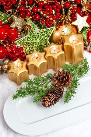 diner aux chandelles: f�te de no�l d'endroit de table cadre d�coration en rouge, vert, or. d�ner av�nement bougie de lumi�re