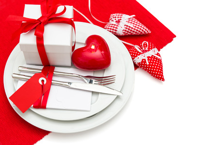 diner aux chandelles: Saint Valentin romantique d�ner aux chandelles. Table place setting d�coration en rouge et blanc avec des coeurs