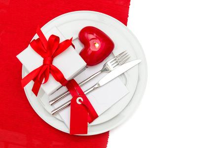 diner aux chandelles: f�te Saint Valentin service de table d�coration en rouge et blanc lieu. bougie romantique de d�ner l�ger. mise au point s�lective