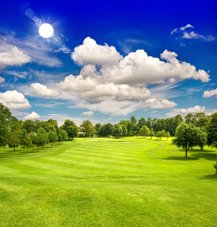 골프 코스와 푸른 맑은 하늘. 유럽 그린 필드 풍경 스톡 콘텐츠