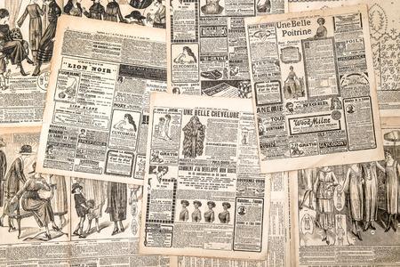 Krantenpagina's met antieke reclame. Vrouw