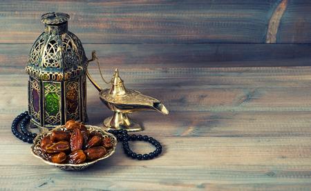 日付、アラビアのランタンとロザリオ。イスラム教の休日のコンセプトです。ラマダンの装飾