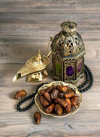 faroles: Fechas, linterna árabe y rosario. Concepto de vacaciones islámico. Decoración Ramadán