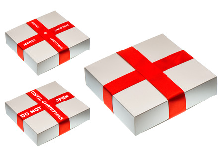 not open: primo piano di confezione regalo grigio con nastro di raso rosso e il testo NON APRIRE fino a Natale isolato su sfondo bianco. avvolgimento di festa