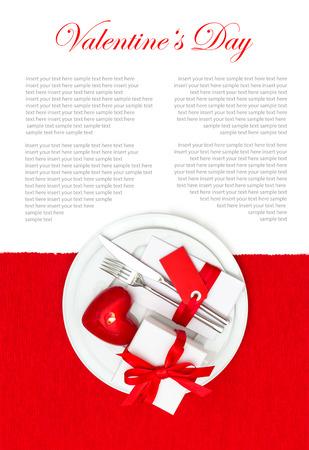 diner aux chandelles: f�te Saint Valentin service de table d�coration en rouge et blanc lieu. d�ner romantique aux chandelles Banque d'images