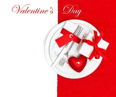 diner aux chandelles: Saint Valentin service de table d�coration en rouge et blanc lieu. bougie romantique d�ner l�ger. Festive background avec un espace pour votre texte