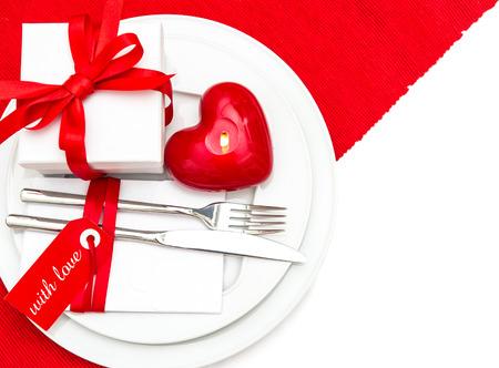 diner aux chandelles: Saint Valentin service de table d�coration en rouge et blanc lieu. d�ner romantique aux chandelles Banque d'images