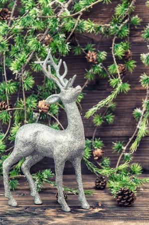 branche sapin noel: Cerfs de No�l. D�coration de style vintage avec la branche de l'arbre de No�l sur fond de bois. Style r�tro image tonique Banque d'images