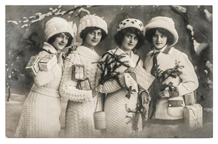 cartoline vittoriane: giovani donne felici con i regali e l'albero di Natale. foto d'epoca con la grana della pellicola originale e sfocatura