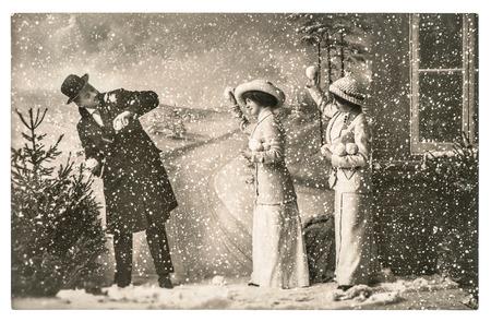 los jóvenes felices jugando en la nieve. vendimia imagen vacaciones de Navidad con arañazos originales y grano de la película Foto de archivo