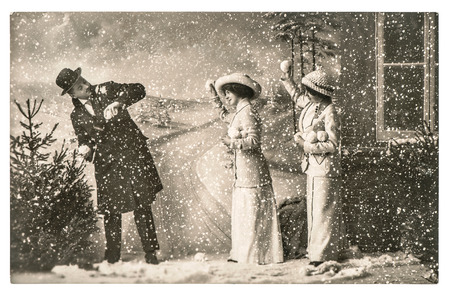 vintage: lyckliga ungdomar som leker i snön. vintage julhelgen bild med original repor och filmkorn