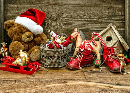 juguetes de madera: decoraciones de Navidad nost�lgicos con juguetes antiguos sobre fondo de madera.