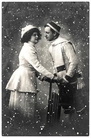 vestidos antiguos: feliz pareja de jóvenes al aire libre. vacaciones de invierno. cuadro de la vendimia con grano de la película original y la falta de definición