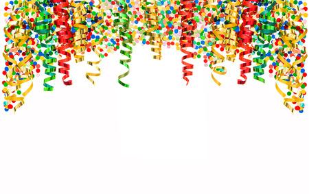 Glänzende bunte Luftschlangen und Konfetti isoliert auf weißem Hintergrund. Banner mit Serpentinendekoration Faschingsparty Standard-Bild - 36512225