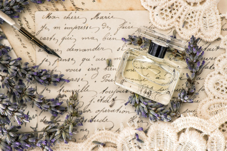 perfume, flores de lavanda, pluma de tinta vintage y viejas cartas de amor. estilo retro tonificado foto