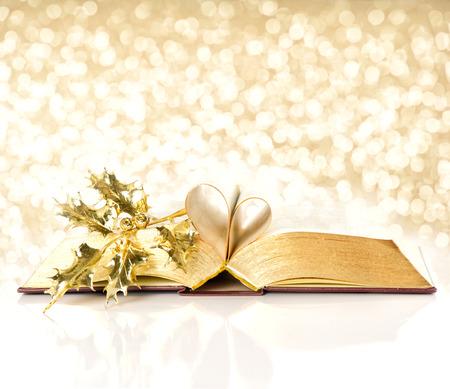 historias biblicas: abrir cosecha libro con p�ginas de oro. Biblia con la decoraci�n de oro. luces brillantes de fondo de Navidad