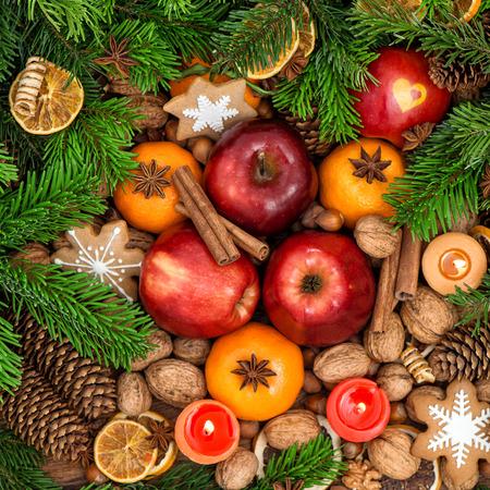 comida: Backdround comida de Navidad. Frutas, frutos secos, especias y galletas. Vista superior