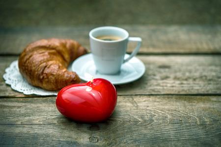 bougie coeur: Bougie coeur rouge, tasse de caf� noir avec un croissant. Notion Saint Valentin