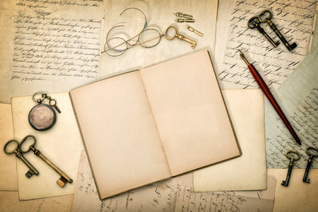 Open diary book, vintage accessories, old letters and postcards. Paper textured background Banque d'images