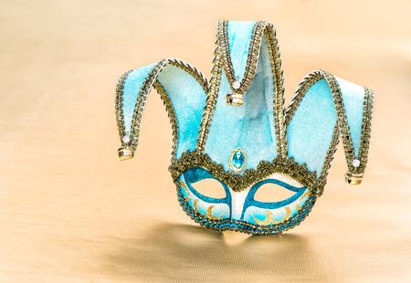 arlecchino: Veneziana maschera di carnevale Arlecchino su sfondo dorato