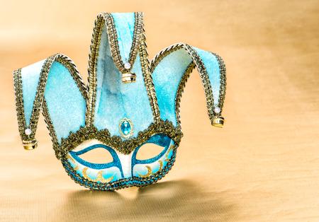 arlecchino: Veneziana maschera di carnevale Arlecchino su sfondo dorato. Decorazione festiva