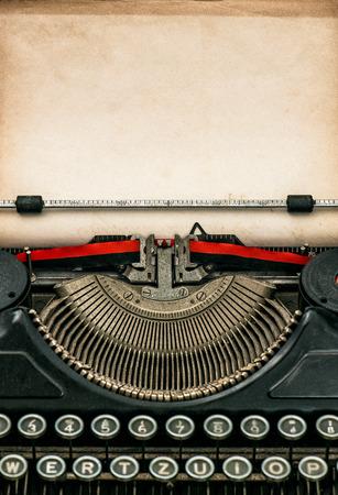 maquina de escribir: Máquina de escribir antigua con la hoja de papel con textura de edad. Espacio para el texto