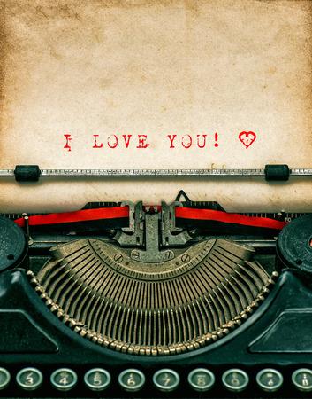 maquina de escribir: Vintage m�quina de escribir con papel sucio a�os textura. Texto de la muestra te amo! Concepto de d�a de San Valent�n