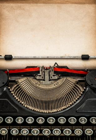 the typewriter: M�quina de escribir antigua con edad hoja de papel con textura con espacio para el texto