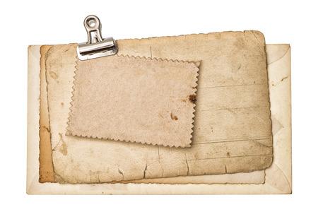 Blank feuilles de papier âgés avec clip en métal isolé sur fond blanc Banque d'images