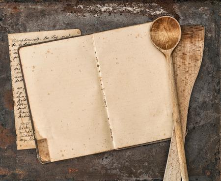 cocina vieja: Vintage libro de recetas escritas a mano y antiguos utensilios de cocina en el fondo de metal rústico. estilo retro tonificado foto Foto de archivo