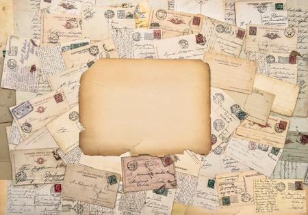 cartas antiguas: viejas cartas y tarjetas postales. franqueo antiguos. Fondo de papel de estilo vintage Foto de archivo