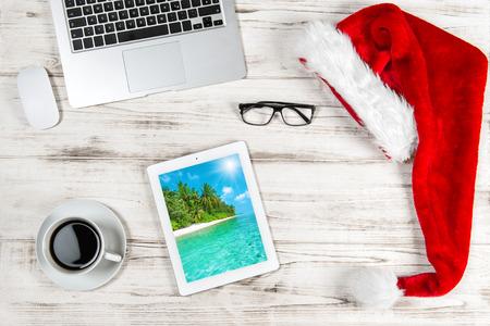 teclado: Escritorio de oficina con caf� y decoraci�n de Navidad.