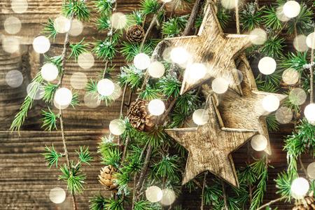 albero della vita: ornamenti in legno di Natale still life e rami degli alberi di pino. decorazioni stile vintage. Retro tonica con effetto della luce