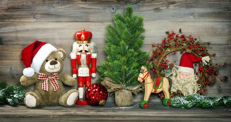 oso de peluche: Teddy decoración vintage Navidad del oso, caballo mecedora y Cascanueces. Foto coloreada del estilo retro con la ilustración