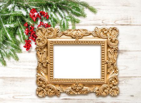 Decorazioni di Natale con cornice dorata su sfondo di legno. Vacanze invernali Archivio Fotografico - 48651867