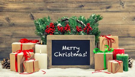 cajas navide�as: La decoraci�n de Navidad velas y cajas de regalo de la quema. Pizarra con texto de ejemplo Feliz Navidad! Vintage estilo foto entonada