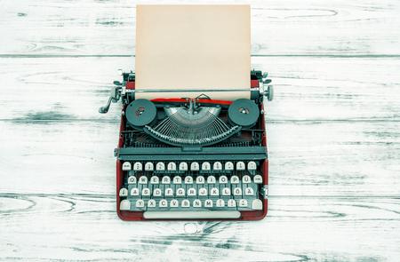 木製のテーブルにアンティークのタイプライター。ビンテージ スタイルの色の画像。ドイツ文字