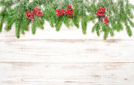 neige qui tombe: Branche d'arbre de No�l avec des fruits rouges et des chutes de neige. Vacances d'hiver d�coration